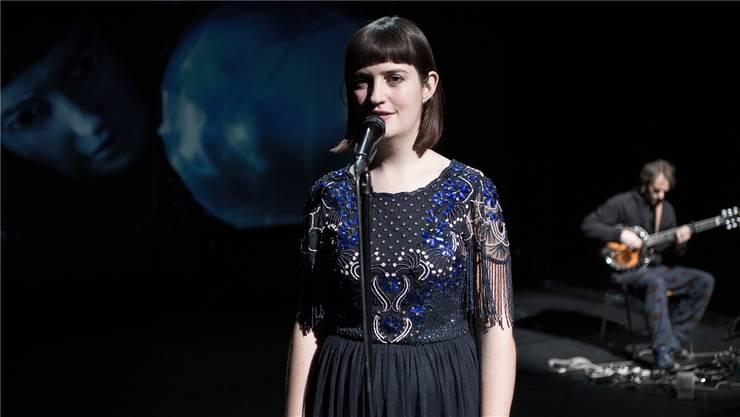 Schauspielerin Yanna Rüger erzählt in ruhigen Worten von der Katastrophe. Philipp Klemm
