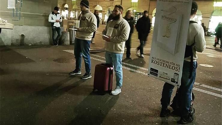 Propaganda im weihnachtlichen Bern: Aktivisten von «We loveMuhammad» am Freitag. HO