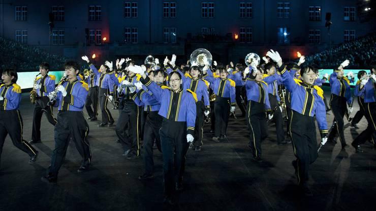 Die A.I.T. Meiden High School Band aus Japan unter der Leitung von Hiroki Ito am Basel Tattoo 2012.