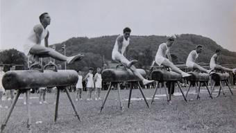 Die strammen Sportler des Turnvereins Sarmenstorf in einer Aufnahme aus dem Jahr 1957. Kraft, gepaart mit Schwung und Eleganz, am Pauschenpferd. Fotos: zvg