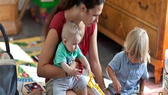 Ist die Beziehung zwischen Eltern und Kindern gut, seien weniger Erziehungsmassnahmen notwendig, sagt die Eltern- und Erwachsenenbildnerin Caroline Märki (kleines Bild). KEYSTONE/Gaetan Bally