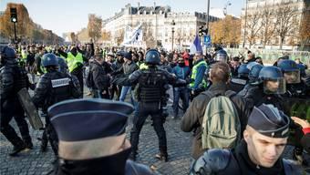 Hatten alle Hände voll zu tun: Französische Polizisten gingen in Paris auch mit Tränengas gegen die «Gelbwesten» vor.EPA