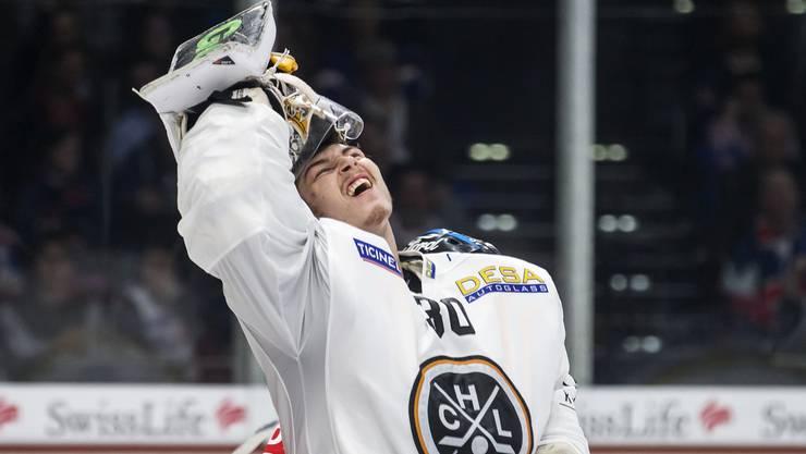 Luganos Goalie Elvis Merzlikins ärgert sich über den Gegentreffer.