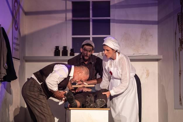 Doktor von Burg muss sich in seiner Praxis um einen verletzten Arbeiter kümmern.