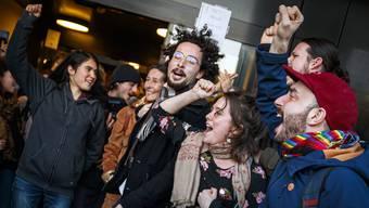Anhänger der Aktivisten von Lausanne Action Climat jubeln über den Freispruch vor dem Bezirksgericht in Renens VD.