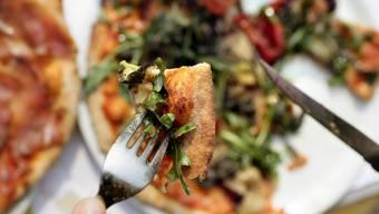 Auswärts essen ist ein Stück Lebensqualität und kittet unsere sozialen Bindungen. Das findet unsere Autorin.