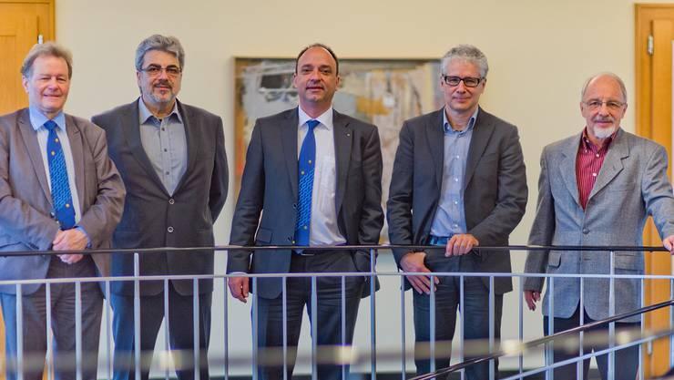 Die abtretenden Gemeinderäte Heiner Studer (links) und Felix Feier (rechts) mit den Nachfolgern Philippe Rey (2.v.l.) und Markus Maibach(2.v.r.), zusammen mit Gemeindeammann Markus Dieth (Mitte). Fotos: Emanuel Freudiger