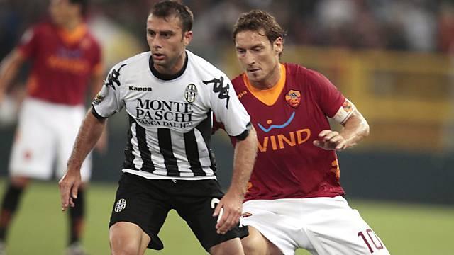 Totti (rechts) verfolgt Sienas 1:1-Torschütze Roberto Vitiello