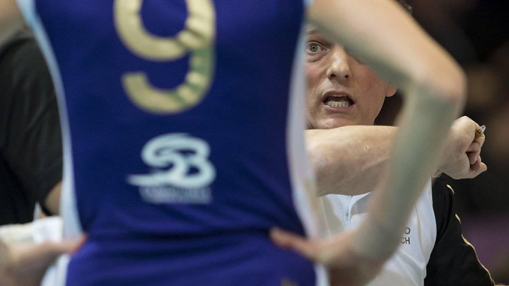 Hat nach der Hinspiel-Niederlage gegen Vakifbank Istanbul Redebedarf: Volero Zürichs Trainer Avital Selinger (im Hintergrund)