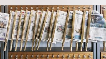Schweizer Zeitungen an einem Ständer an der Universität St. Gallen. (Archivbild)