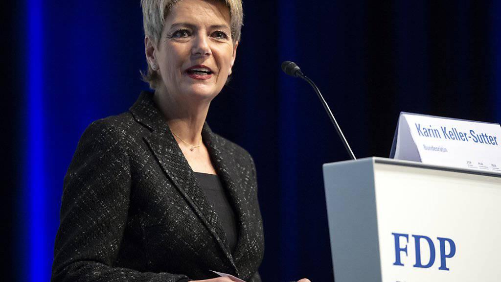Bundesrätin Karin Keller-Sutter wirbt an der Delegiertenversammlung der FDP in Biel für das verschärfte Waffenrecht.