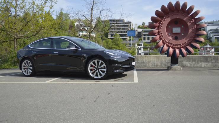 Der Tesla Model3 ist in der Schweiz ab 48 200 Franken erhältlich. Die «Performance»-Variante mit Allradantrieb und höherer Leistung kostet ab 69 700 Franken.