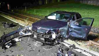 Ein Auto landete nach der Kollision am späten Freitagabend auf der Bahnlinie, die Seetalstrecke war bis Betriebsschluss unterbrochen.