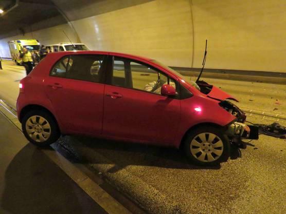 Der Autolenker wird mit schweren Verletzungen ins Spital gebracht.