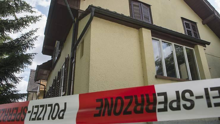 In diesem Haus im aargauischen Sarmenstorf ist am Mittwochabend ein Ehepaar mutmasslich vom eigenen Sohn umgebracht worden.