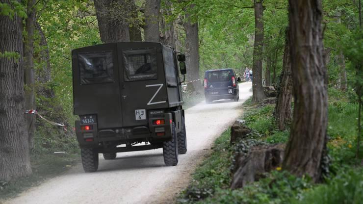 Ein ungewohntes Bild: Armeefahrzeuge und Soldaten an der Schweizer Grenze. Hier an der Grenze zwischen Riehen und Lörrach/Weil.