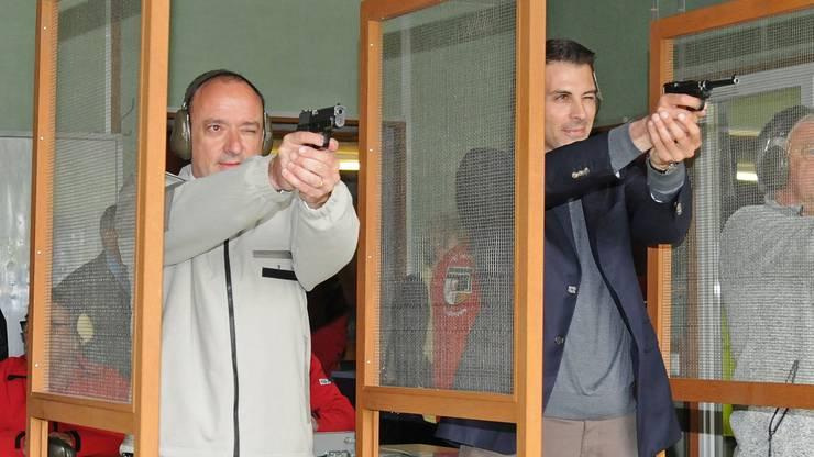 CVP-Grossrat Markus Dieth (links) und FDP- Nationalrat Thierry Burkart mit ihren Dienstpistolen beim Feldschiessen.