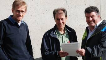Peter Steigmeier (links) und Hannes Bopp (rechts) von der Orts-SP übergeben die Petition an Gemeinderat Dieter Gugelmann (Mitte).ZVG