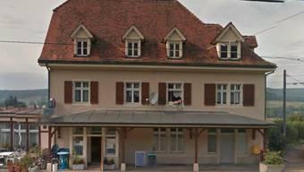 Raffael Weber verlässt das Restaurant Bahnhof in Rodersdorf.