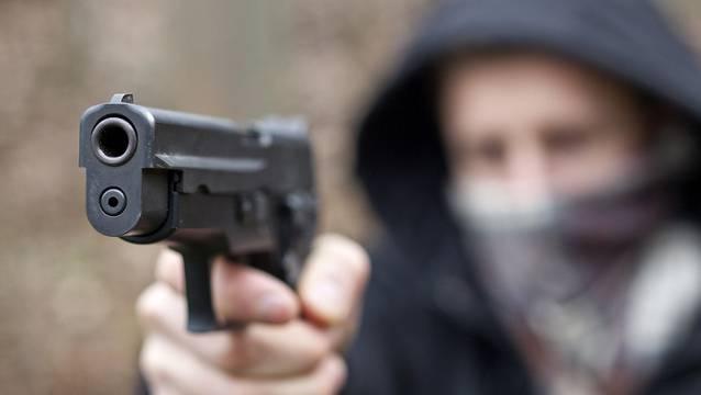 Beim Raubüberfall forderte der 33-Jährige Bargeld. Er betrat maskiert und bewaffnet das Geschäft. (Symbolbild)