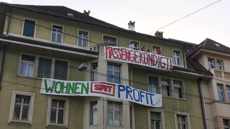 Die Liegenschaft an der Webergasse 35: Mieter protestieren nun mit Transparenten.