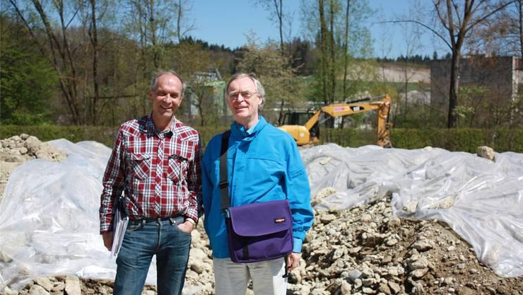 Die Geologen Jean-Paul Benkert und Johannes van Stuijvenberg vor einem Teil des Aushubs in Wangen.cnd