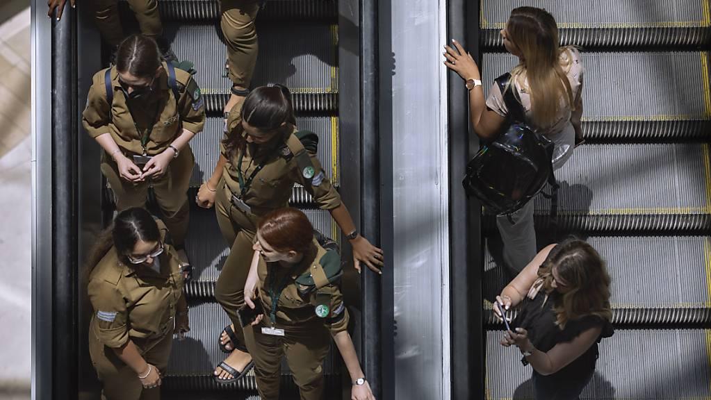 Menschen fahren ohne Mund-Nasen-Bedeckung und nahe nebeneinander auf einer Rolltreppe in einem Einkaufszentrum. Israel hatet 15.06.2021 nach der erfolgreichen Impfkampagne seine letzten Corona-Beschränkungen aufgehoben.