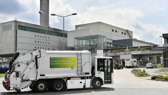 Am Mittwochnachmittag ist ein 55-jähriger Mitarbeiter von Entsorgung & Recycling (ERZ) vom Trittbrett eines Abfallsammelfahrzeugs gestürzt. (Symbolbild)
