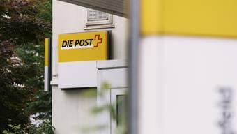 Im Kanton Freiburg könnten bald fast die Hälfte aller Poststellen geschlossen werden. Die Post hat eine entsprechende Überprüfung angekündigt. (Symbolbild)