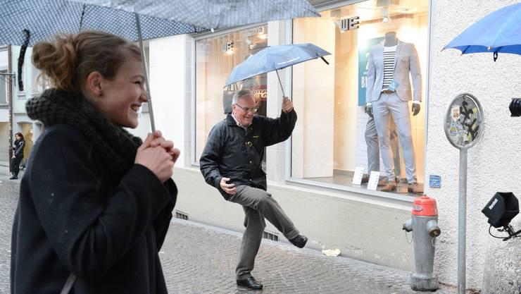 Mit Schirm, Charme und Regenjacke