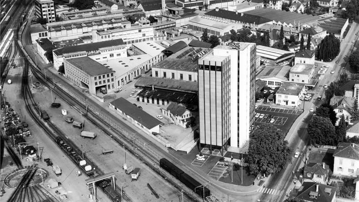 Torfeld Süd 1970: Hinten die Firma Aeschbach, die Produktionsanlagen für Bäckereien- und Konditoreien herstellte, vorne der Sprecherhof. zvg