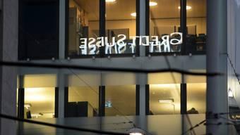 Schriftzug der Credit Suisse spiegelt sich in Fenstern (Archiv)