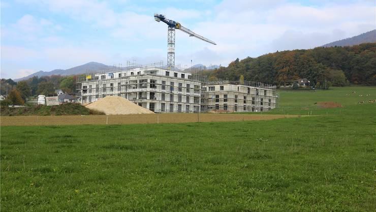 Bauboom verschlingt Land: Überbauung «Wendelin» in Rickenbach, wo in fünf Mehrfamilienhäusern insgesamt 47 Mietwohnungen entstehen. HR. Aeschbacher