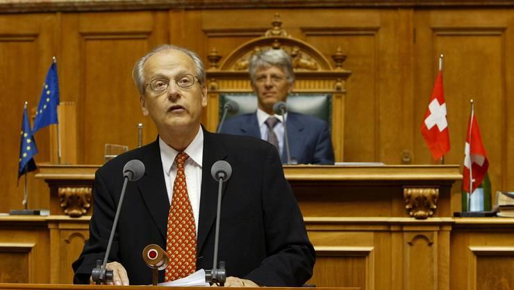 Luzius Wildhaber an einer Rede im Nationalratssaal anlässlich einer Rede zum 40. Jahrestags des Beitrittes der Schweiz zum Europarat.