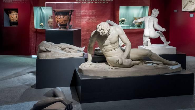 Wie im Krieg: Als Teil der Inszenierung liegen am Boden einzelne Körperteile herum.