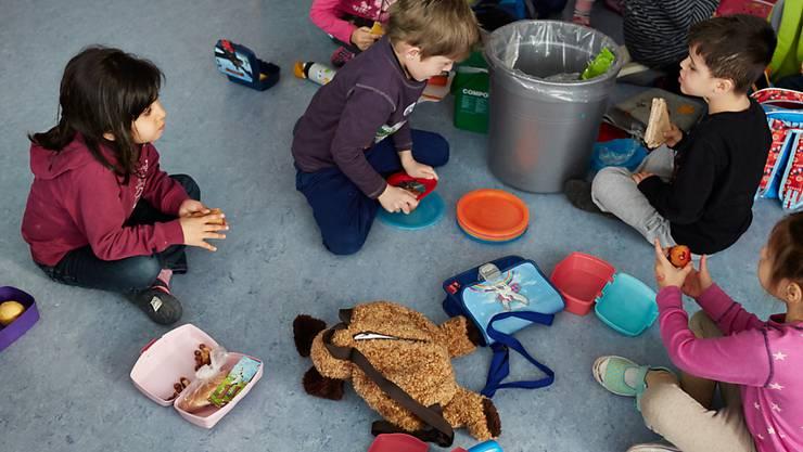 Kinder, die erst im Kindergarten die deutsche Sprache lernen, sind benachteiligt. Das zeigen Studien. (Archivbild)