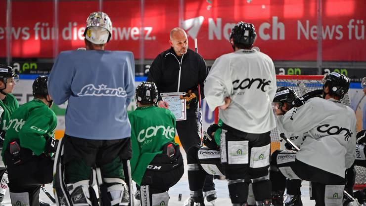 Im Element: Assistenztrainer Tommy Sjödin erklärt den Spielern eine Trainingsübung.