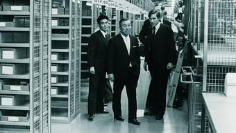 Im Ersatzteillager: Eiji Toyoda (2. v.l.) und Walter Frey auf dem Rundgang an der Einweihung 1972.zvg