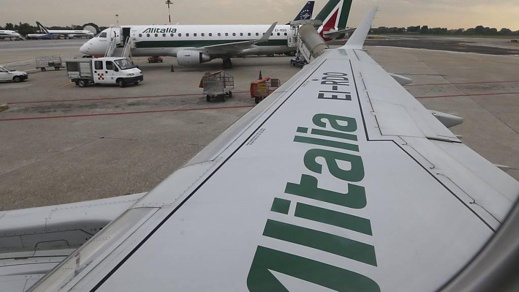 Die italienische Regierung will zusammen mit Partnern die Fluggesellschaft Alitalia wieder flott machen.(Archivbild)
