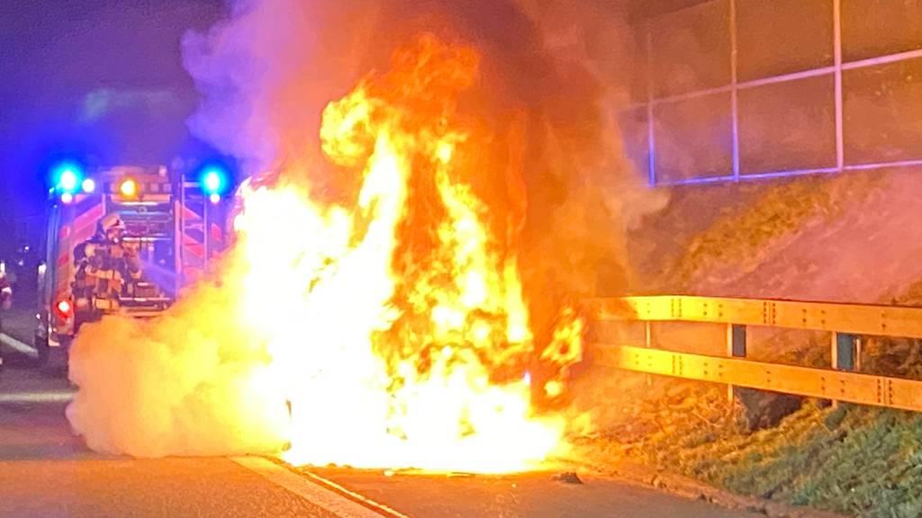 Auto brennt auf Autobahn aus