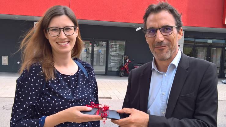 CVP-Präsident Marco Crivelli überreicht Nikolina Stjepic einen GVG-Einkaufsgutschein im Wert von 250 Franken.
