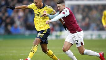 Arsenals Pierre-Emerick Aubameyang (links) im Duell mit Burnleys Matthew Lowton