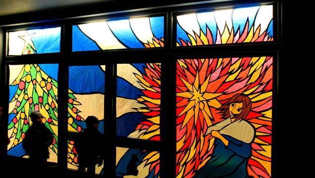 Dieses Fenster bezauberte vor einigen Jahren in Riniken alle Betrachter: Es zeigt das kleine Mädchen mit den Schwefelhölzern, wie es Hans Christian Andersen so wunderschön geschildert hat.