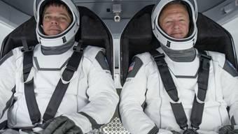 """Bob Behnken (l, 49) und Doug Hurley (r, 53) während eines Tests. Am 27. Mai gilts ernst: Die beiden """"betagten"""" Astronauten fliegen als erste Amerikaner seit neun Jahren selbständig, ohne russische """"Limousine"""", zur ISS. (Archivbild 30.3.2020)"""