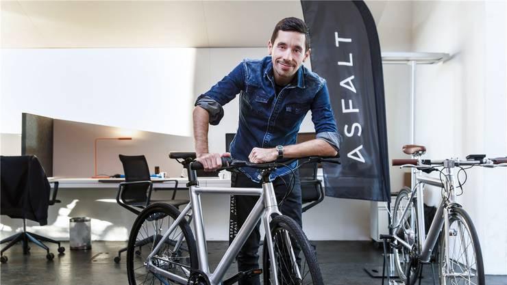 «Asfalt»-Mitgründer David Oreiro präsentiert das neuentwickelte E-Bike. Es soll 2019 auf den Markt kommen.