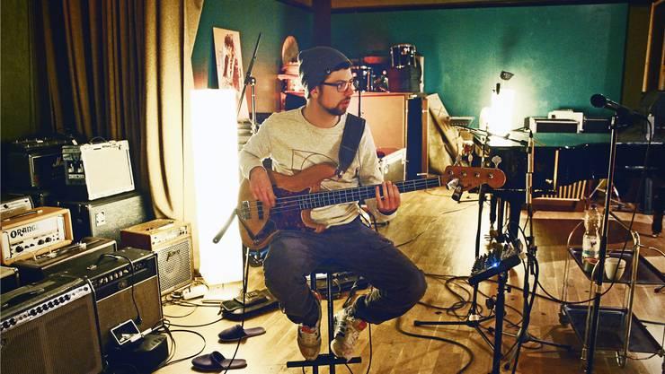 Samuel Huwyler mit seinem Fender-E-Bass im Studio. Das Instrument mit Jahrgang 1964 wurde aufwendig restauriert.