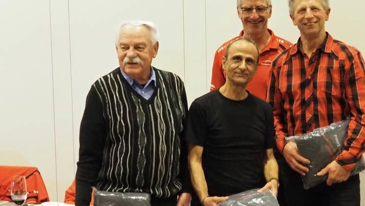 Sepp Rey, Rocco Sperti und Bruno Schmied besuchten 35 von 38 Trainings. Im Hintergrund der technische Leiter Bruno Steinmann