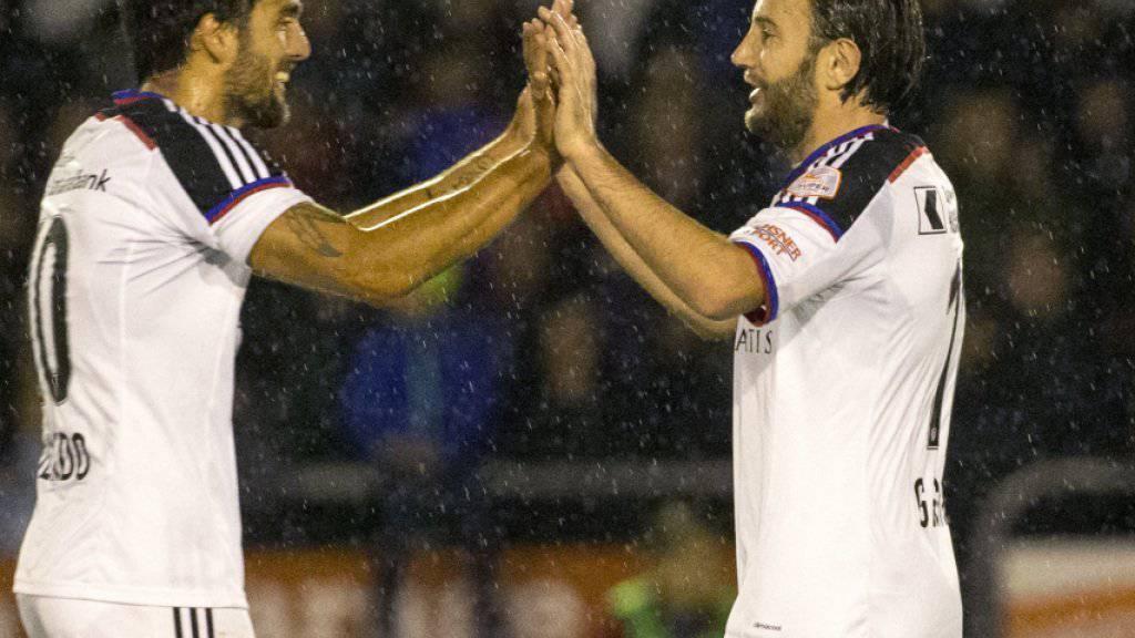 Matias Delgado (links) und Shkelzen Gashi jubelten beim Cupsieg in Köniz noch gemeinsam