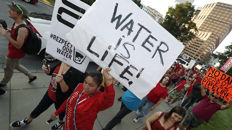 Protest gegen die-Öl-Pipeline. Sie soll durch den Missouri-Fluss verlaufen.