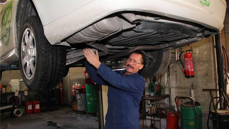 Michele Quartararo hat in der Werkstatt ein mit Erdgas betriebenes Taxi auf den Lift genommen.Carolin Frei
